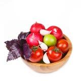 Verduras frescas y albahaca violeta en un cuenco de madera Fotografía de archivo