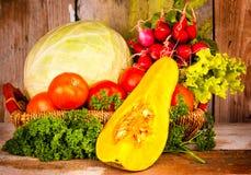 Verduras frescas y coloridas en una cesta Fotografía de archivo libre de regalías