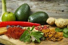 Verduras frescas y especias, aguacate, jengibre, menta Fotos de archivo libres de regalías