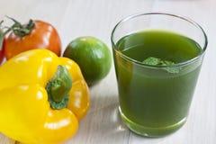 Verduras frescas y jugo Imagen de archivo libre de regalías