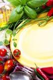 Verduras frescas y placa vacía (para su texto) Imagen de archivo