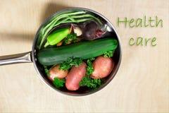 Verduras frescas y sartén a cocinar Imagen de archivo