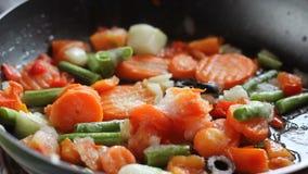 Verduras fritas en un sartén metrajes