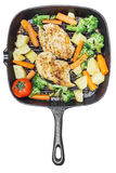 Verduras fritas pechuga de pollo asadas a la parrilla limón en cacerola Fotos de archivo