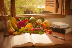 Verduras, frutas y libro Fotografía de archivo