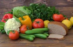 Verduras, frutas y pan Consumición sana productos meatless Foto de archivo libre de regalías