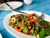 Verduras herbarias fritas con el mejillón, las almejas y la concha de peregrino imagen de archivo