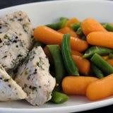 Verduras hervidas en una placa con la carne Foto de la comida imagen de archivo