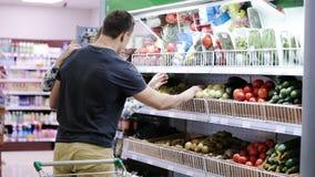 Verduras jovenes de la cosecha de los pares en un supermercado almacen de metraje de vídeo