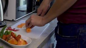 Verduras juguetonas para la ensalada, huéspedes del saludo, nutrición del corte del hombre de la dieta metrajes