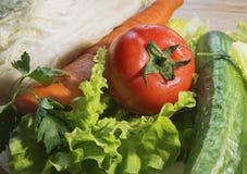 Verduras - la lechuga, tomate, pepino, col está en la tabla imágenes de archivo libres de regalías