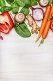 Verduras limpias frescas del jardín para cocinar sabroso en el fondo de madera blanco, visión superior Lugar para el texto Fotos de archivo