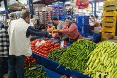 Verduras locales de la compra de los compradores Imagen de archivo libre de regalías