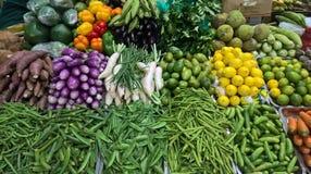 Verduras mezcladas coloridas en el mercado fotografía de archivo libre de regalías