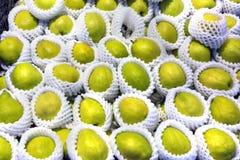 Verduras naturales en contador del mercado Peras para la venta fotografía de archivo