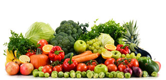 Verduras orgánicas crudas clasificadas en blanco Fotos de archivo libres de regalías