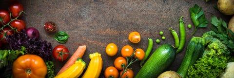 Verduras orgánicas del granjero en la tabla oscura de la pizarra fotos de archivo