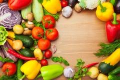 Verduras orgánicas en la tabla de madera/redondo frescos foto de archivo libre de regalías