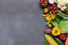 Verduras orgánicas frescas en caja de madera en gris imágenes de archivo libres de regalías