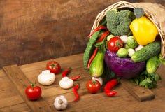 Verduras orgánicas sanas en un fondo de madera Imagen de archivo