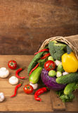 Verduras orgánicas sanas en un fondo de madera Fotos de archivo libres de regalías