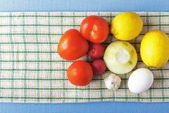 Verduras orgánicas y huevo fresco en servilleta Forma de vida rústica Concepto natural del alimento Espacio de la visión superior Imagen de archivo libre de regalías