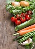 Verduras orgánicas y verdes en una tabla de madera Imagen de archivo libre de regalías