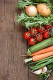 Verduras orgánicas y verdes en una tabla de madera Fotos de archivo libres de regalías