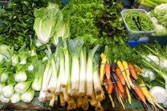 Verduras orgánicas frescas en la exhibición Imagenes de archivo