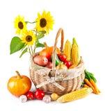 Verduras otoñales de la cosecha en cesta imagen de archivo