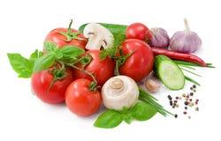 Verduras para la ensalada con pimienta, los tomates, la albahaca y el pepino Imagen de archivo