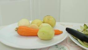 Verduras peladas en la placa Zanahorias y metrajes