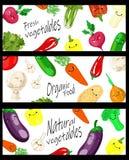 Verduras realistas del vector con el logotipo del concepto para la tienda org?nica en fondo negro Plantilla de la maqueta para la ilustración del vector