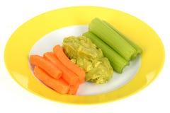 Verduras sanas crudas con la inmersión del Guacamole Fotografía de archivo