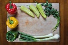 Verduras sanas en la tabla de cortar Imagenes de archivo