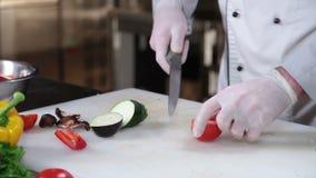 Verduras sanas frescas que son tajadas por el cuchillo afilado del cocinero almacen de video