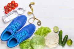 Verduras sanas frescas, zapatillas de deporte en el fondo de madera blanco Fotos de archivo libres de regalías