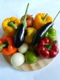 Verduras sanas: pimientas anaranjadas y rojas, berenjenas imagen de archivo