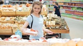 Verduras shopaholic de una investigación de la persona 30s en mercado metrajes