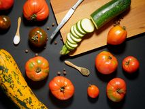 Verduras tajadas frescas en una tabla de cortar Imagenes de archivo