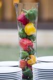 Verduras tres pimientas rojas, amarillas, verdes dulces en el tarro o Foto de archivo