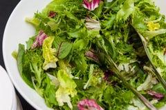 Verduras verdes crudas sanas en el cuenco blanco para la ensalada Imagen de archivo