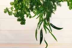 Verduras verdes en el fondo de madera blanco imágenes de archivo libres de regalías