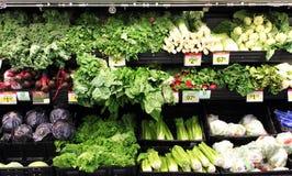 Verduras verdes en un supermercado Imágenes de archivo libres de regalías