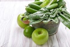 Verduras verdes en una cesta Imágenes de archivo libres de regalías
