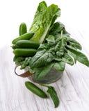 Verduras verdes en una cesta Foto de archivo