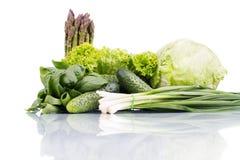Verduras verdes frescas aisladas en blanco Fotografía de archivo