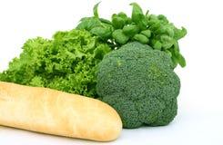 Verduras verdes frescas, aisladas sobre blanco fotos de archivo