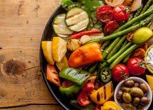Verduras y aceitunas asadas a la parrilla coloridas en la cacerola del hierro imagen de archivo libre de regalías