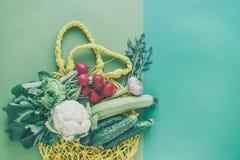 Verduras y bolso de la malla foto de archivo